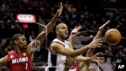 Toni Parker oo u ciyaara San Antonio Spurs oo dhex jibaaxaya ciyaartoyda Miami Heat oo difaacaya kolaygooda.