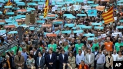 Catalonia ေဒသ သမၼတ Carles Puigdemont နဲ႔ အတူ သူ႔ကိုေထာက္ခံသူ လူထု ခ်ီတက္ေနၾကစဥ္။