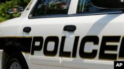 La policía de Alexandria monta guardia en el vecindario mientras continúan tras la caza del supuesto asesino.