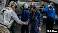 """參加2016年""""利劍""""聯合軍演的美國海軍和日本海上自衛隊官兵(美國海軍照片)"""