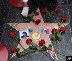 Perayaan 10 tahun meninggalnya Michael Jackson di Hollywood Walk of Fame