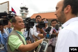FILE: Jay Raman, public affairs officer for the US Embassy Phnom Penh talks to VOA Khmer reporter Reasey Poch and other reporters after the departure of US First Lady Michelle Obama at Siem Reap International Airport, Sunday, March 22, 2015. (Neou Vannarin/VOA)