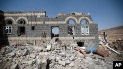 Dégats causés par un raid aérien mené par l'Arabie Saoudite dans la banlieue de Sanaa, au Yémen, le 16 février 2017.