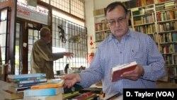 Penjual buku-buku bekas meraup untung dengan menjual buku-buku langka di Johannesburg, Afrika Selatan (foto: dok).