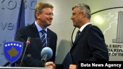 Premijer Kosova Hašim Tači i evropski komesar za proširenje Štefan File rukuju se na konferenciji za novinare u zgradi Vlade Kosova u Prištini.