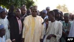 Le gouverneur de l'Etat de Borno, Kashim Shettima (au c.), assure que l'on redouble d'efforts pour retrouver les jeunes disparues