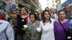 Бейрутцы идут почтить память погибших
