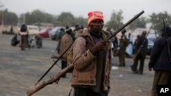 Pour lutter contre les Islamistes, les chasseurs utilisent des fusils traditionnel de chasse dans la ville de Yola.