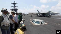 菲律宾总统阿基诺三世(左二)参观参与击毙本拉登行动的美国海军卡尔文森号航空母舰(2011年5月4日)
