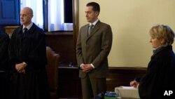 El exmayordomo del Papa, Paolo Gabriele (al centro), en el momento de darse a conocer el veredicto del tribunal.