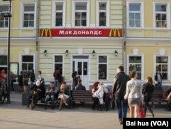 多数俄国人把中国当成盟友,而美国在不友好国家中排名第一。但各种美国文化在俄罗斯盛行。莫斯科市中心的麦当劳餐厅。 (美国之音白桦拍摄)