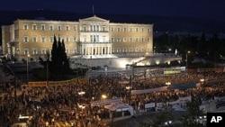 6月15号,抗议者聚集在雅典议会大厦前