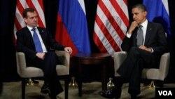 Presiden AS Barack Obama dan Presiden Rusia Dmitry Medvedev membahas berbagai isu, di antaranya masalah Suriah dan perselisihan Amerika-Rusia mengenai pertahanan misil Eropa, di sela-sela KTT APEC di Honolulu, Hawaii (13/11).