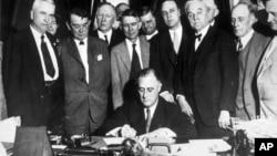 Франклин Рузвельт (в центре)