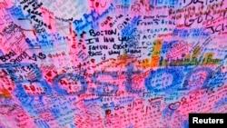 人们在纪念波士顿马拉松爆炸案受害者的地方留言