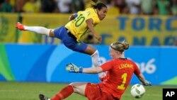 La Brésilienne Marta face à la gardienne de but suédoise Hedvig Lindahl, le 6 août 2016. (AP Photo/Leo Correa)