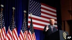 """Donald Tramp seçki kampaniyasını """"Amerika Birinci"""" mesajı üzərində qurmuşdu və administrasiyasının siyasətinin də bu prinsipə əsaslandığını bildirir."""