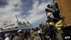 Dân thành phố Misrata, Libya đến cảng để lên tàu chạy lánh nạn