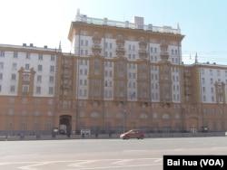 莫斯科的美国大使馆有防止汽车炸弹攻击的围栏。
