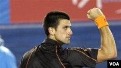 Unggulan ketiga Novak Djokovic asal Serbia mengepalkan tangannya setelah mengalahkan petenis Spanyol Marcel Granollers 6-1, 6-3, 6-1 dalam putaran pertama Australia Terbuka di Melbourne hari Senin (17/1).
