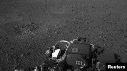 La superficie marciana es vista por una cámara a bordo del Curiosity.