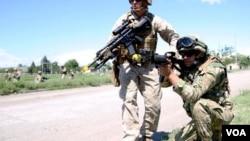ამერიკელი საზღვაო ქვეითი კეილ მაკნიკოლასი ქართველ თანამებრძოლთან ერთად ვაზიანის სამხედრო პოლიგონზე
