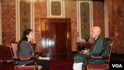 Thông tín viên VOA Shaista Sadat phỏng vấn Tổng thống Afghanistan Hamid Karzai tại dinh tổng thống ở Kabul