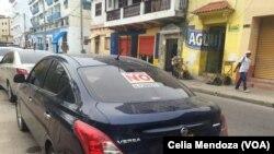 Etiquetas en las ventanas de los autos en Cartagena, Colombia, evidencian la división del país por el acuerdo de paz con las FARC.