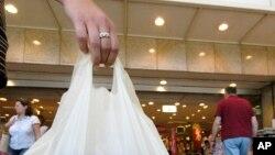 Warga Uni Eropa membawa kantong plastik (Foto: dok.)
