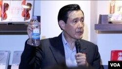 台湾前总统马英九展示来自太平岛的淡水