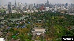 Tenda-tenda demonstran anti-pemerintah di dalam Taman Lumpini di Bangkok, Thailand (1/3).