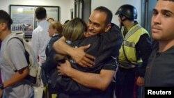 Eduardo Salazar, miembro de la policía de Chacao, es abrazado por una colega luego de ser liberado el 24 de diciembre, tras permanecer detenido por razones políticas.