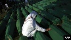 Bir süre önce toplu mezarlardan çıkarılarak kimlikleri tespit edilen 613 kurbanın kemikleri dünkü törenlerde toprağa verildi