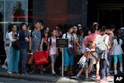 프랑스 파리 패션상점가를 돌아보고 있는 중국인 단체관광객들.