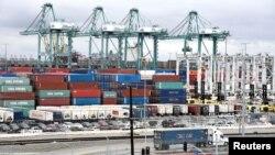 美国加州圣佩德罗港口堆积的集装箱。(2018年3月22日)