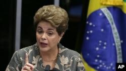 Presiden Brazil yang diberhentikan sementara, Dilma Rousseff, memberi keterangan kepada para senator dalam sidang pemakzulannya di Brasilia, Brazil, hari ini, 29 Agustus 2016 (AP Photo/Eraldo Peres)