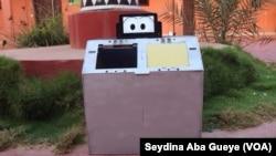 Le Mbal-IT, poubelle intelligente créée à Dakar, Sénégal, 14 décembre 2017. (VOA/Seydina Aba Gueye)