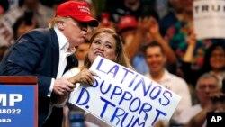 Miembros de la comunidad hispana en Tucson, Arizona, están indignados con Betty Rivas.