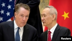 美國貿易代表萊特希澤與中國副總理劉鶴2019年2月15日在北京釣魚台國賓館交談 (資料圖片)