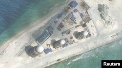 27일 미국 전략국제문제연구소(CSIS) 산하 '아시아 해양 투명성 이니셔티브(AMTI)'가 로이터통신에 공개한 남중국해 인공섬 '피어리크로스 암초(중국명 융수자오)'의 위성 사진. 지난 9일 촬영한 것으로, 레이더 설비(둥근지붕)를 비롯한 군사장비들이 보인다.