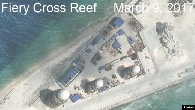 Bộ Quốc phòng TQ tuyên bố 'không có cái gọi là đảo nhân tạo'. Ảnh chụp vệ tinh của CSIS cho thấy nhiều công trình xây dựng của TQ trên Đá Chữ Thập, thuộc quần đảo Trường Sa, ngày 9/3/2017.