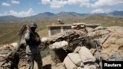 مقامات افغان ادعا دارند که نیروهای پاکستانی چندین نقطۀ مرزی خاک افغانستان را هدف قرار داده اند.