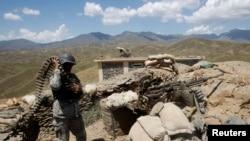پاکستان سے ملحقہ سرحد پر تعینات ایک افغان فوجی (فائل فوٹو)