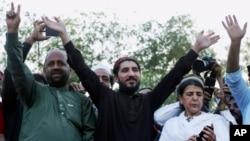 پی ٹی ایم کے لاہور جلسے کے دوران تحریک کے لیڈر منظور پشتین ایک جوشیلے انداز میں۔ فائل فوٹو