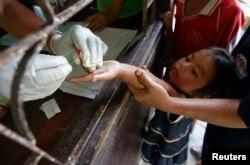 Seorang anak yang tinggal di perbatasan Thailand-Myanmar sedang menjalani tes darah di klinik Malaria di distrik Sai Yoke, Provinsi Kanchanaburi, Thailand, 26 Oktober 2012.
