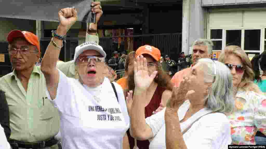Leopoldo López recibe apoyo de sus simpatizantes el día de la sexta audiencia de juicio en su contra.