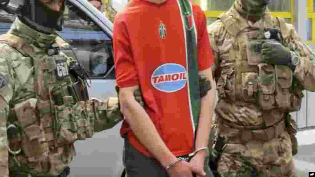 Arrestation par les soldats ukrainiens d'un Français en possession d'un lourd armement.le 6 juin 2016.