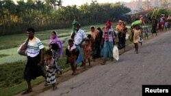 Réfugiés rohingyas se dirigeant à Cox's Bazar au Bangladesh, après avoir fui la Birmanie, le 9 novembre 2017.