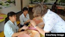 독일의 대북 구호단체 '투게더-함흥' 관계자가 북한 내 농아학교에서 펠트 공예를 가르치고 있다. 사진출처='투게더-함흥' 홈페이지.