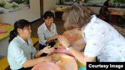 독일의 대북 구호단체 '투게더-함흥' 봉사자가 북한 농아학교 학생들에게 펠트 공예를 가르치고 있다. 사진 출처= '투게더-함흥' 웹사이트.
